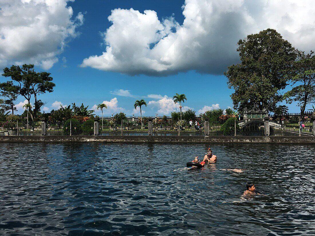 Peter og Sebastian snorkler. Tirta Ganggas. Bali