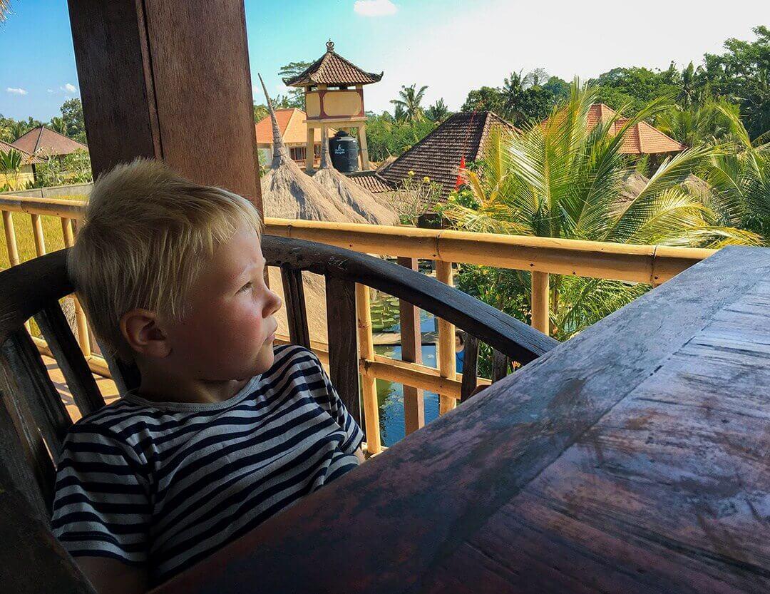 Sebastian nyder udsigten ud over rismarkerne og den svalende vind på Karsa Kafe, Ubud