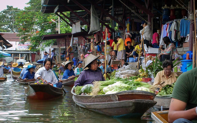 Travl kvinde ved Ratchaburi, Thailand