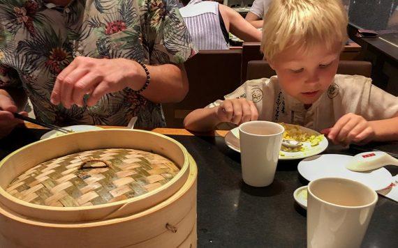 Sebastian og Peter spiser dim sum på Din Tai Fung - Singapore