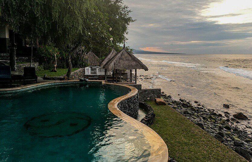 Den smukke solnedgang over poolen. Wawa Wewe II, Amed, Bali