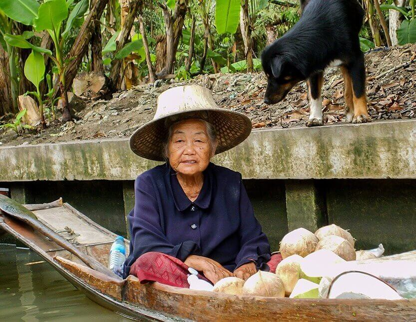 En kvinde og hendes hund, Damnoen Saduak Floating Market