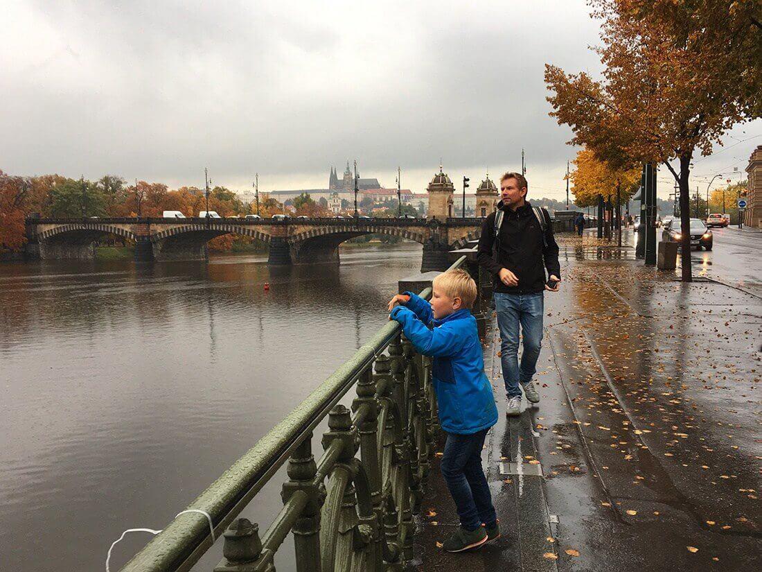 Morgentur ved floden, Prag