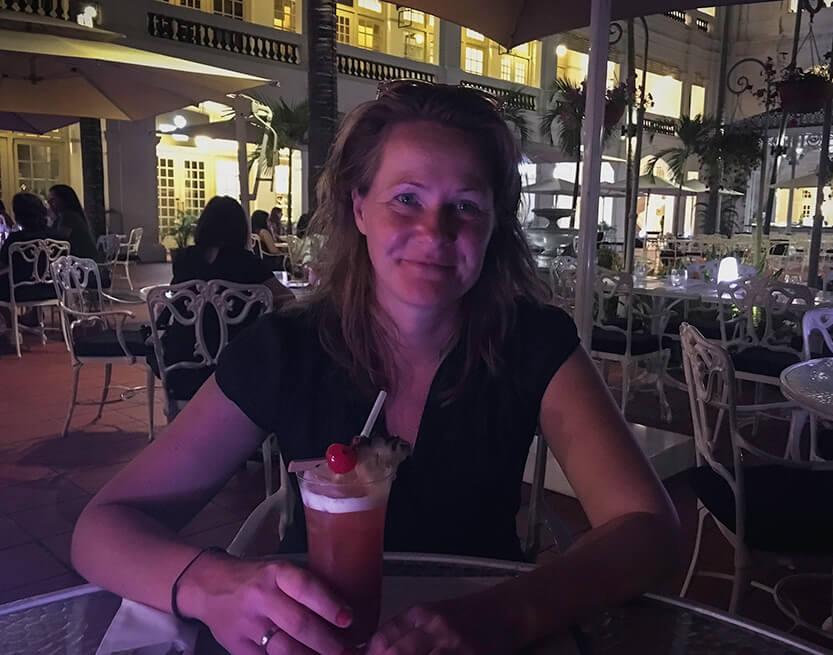Lise nyder også sin Singapore Sling