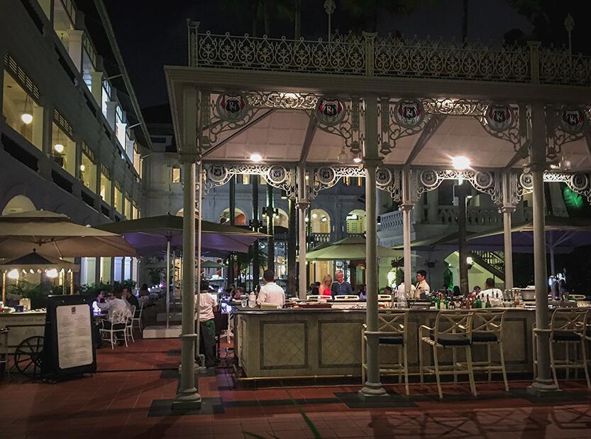 Den tropiske gårdhave i Raffles Hotel, Singapore