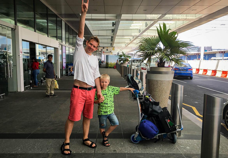 Peter og Sebastian, Changi Airport, Singapore
