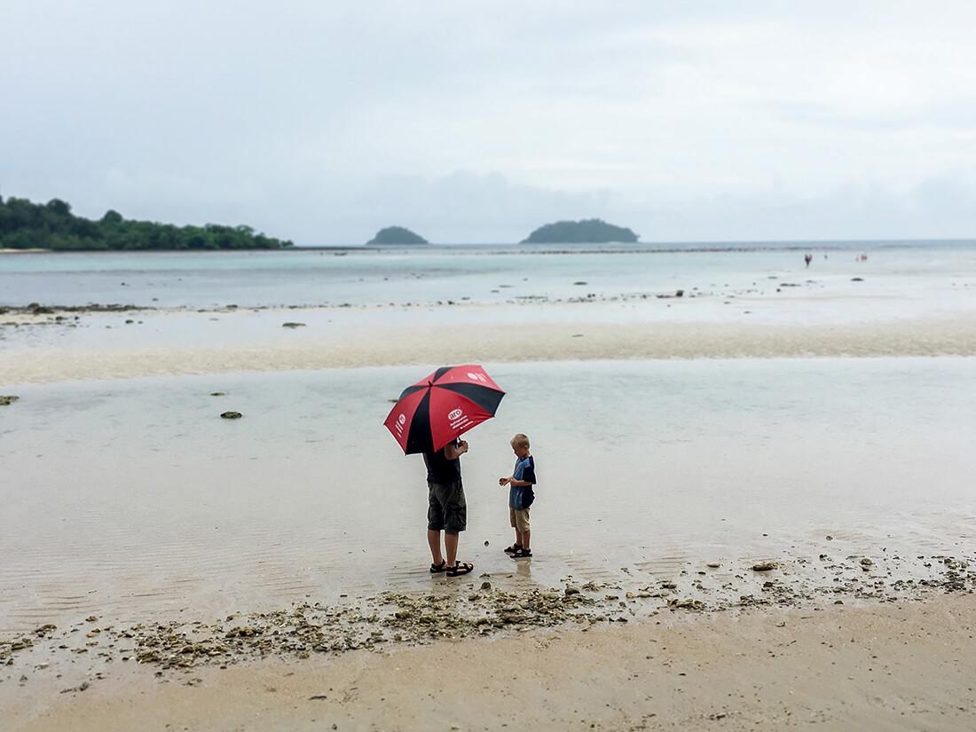 Man kan godt nyde en strand, selvom det regner. Koh Chang