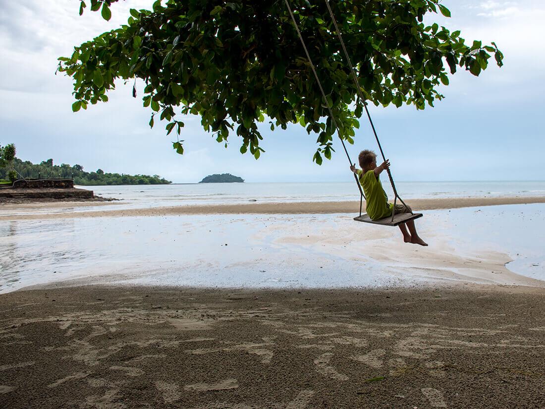 Sebastian gynger på stranden, Koh Chang