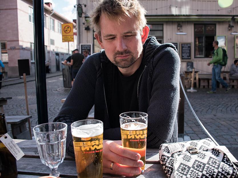Vi fandt en plads i solen, på en café, der serverede økologisk øl. Haga - Göteborg.