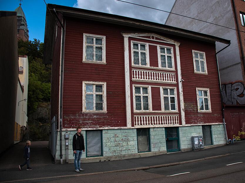 Sebastian og Peter foran et typisk, svensk byhus. Göteborg