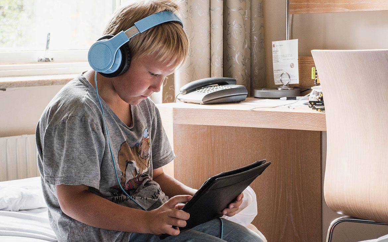 Sebastian slapper af på værelset på Spar Hotel Majorna