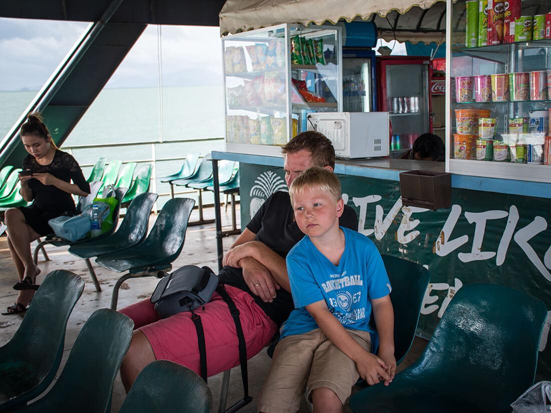 Peter og Sebastian på færgen fra Koh Chang. Vi havde været tidligt oppe.