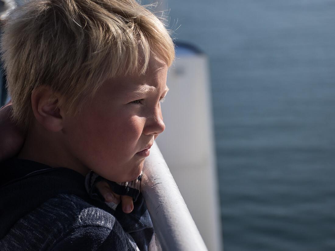 Sebastian ser ud over havet