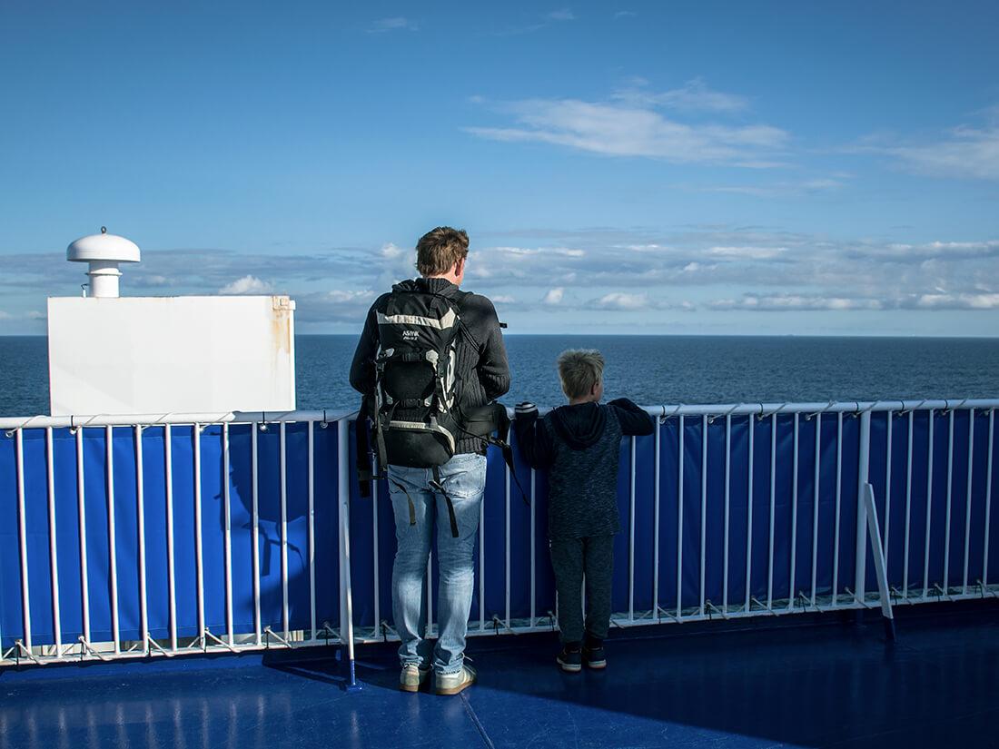 Peter og Sebastian nyder udsigten ud over havet