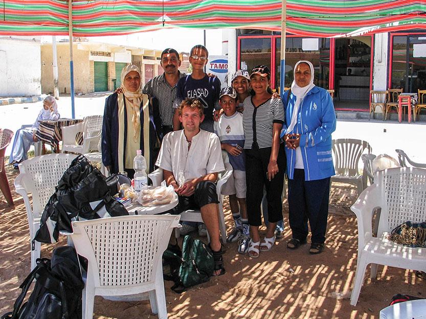Der blev taget mange billeder hvor den egyptiske familie poserer sammen med Peter, som de syntes ligenede Tom Cruise til forveksling