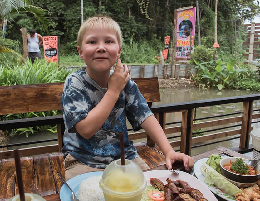 Den lokale mad i det nordlige Thailand kan være meget stærk. Her er det Sebastian, som spiser stærk thai mad. Mae Sa Valley