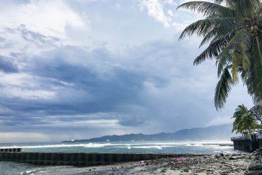 Fantastisk udsigt - men stranden kunne vi ikke bade ved pga. skrald. Candidasa, Bali