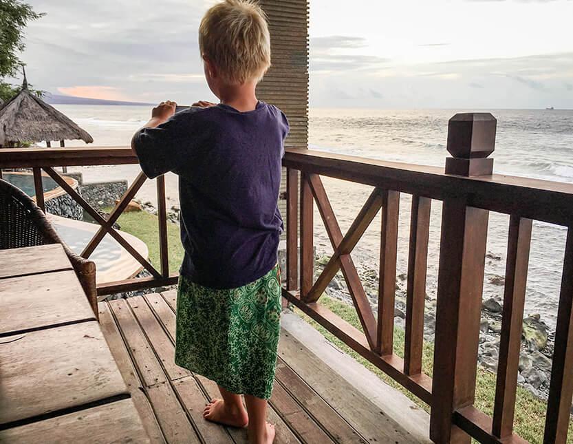 Sebastian tager billeder af endnu en smuk solnedgang i Amed, Bali.