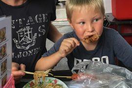 Sebastian spiser streetfood på Chiang Mai Gate Food Market