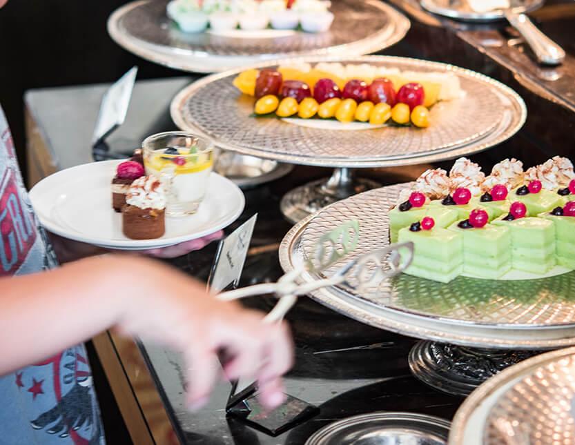 Sebastian vælger lækre kager på Shangri-La, Bangkok