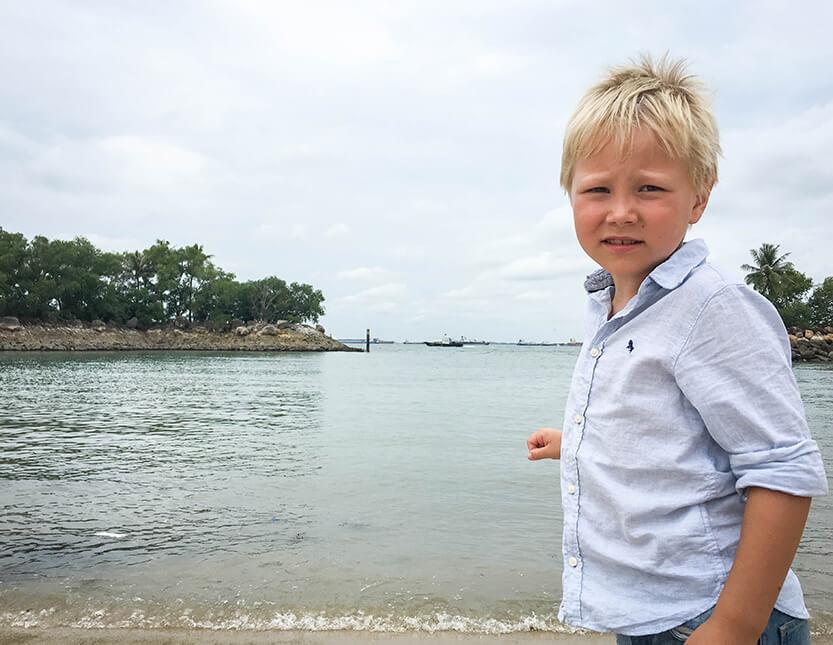 Sebastian på Sentosa Island, Singapore. Vi nød stranden, men undgik de dyre forlystelser.