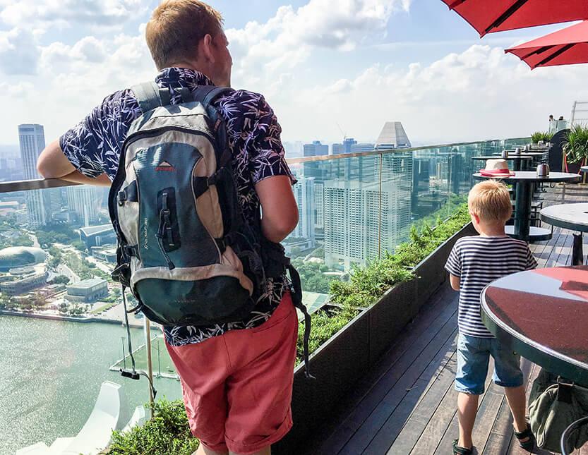 Udsigten var fantastisk. Peter og Sebastian på toppen af Marina Bay Sands, Singapore.