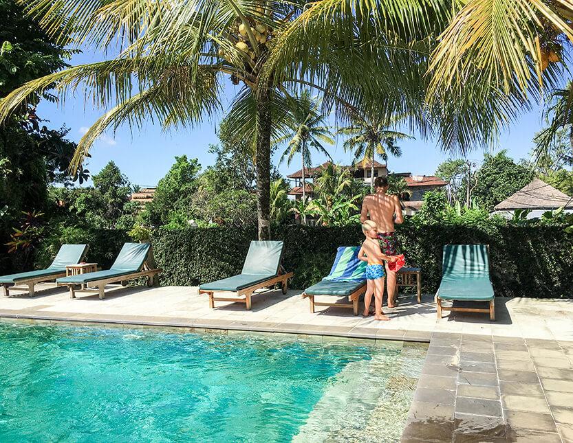 Du finder ikke smukkere pools end dem, du oplever på Bali. Her er det vores swimmingpool i Ubud, vi skal i. Vandet er fersk og køligt. Bali.