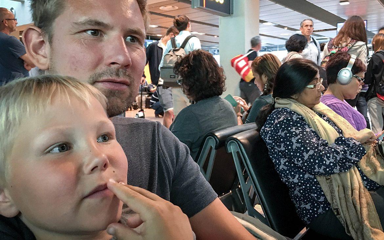 Peter og Sebastian venter i Dubai - på vej til Singapore