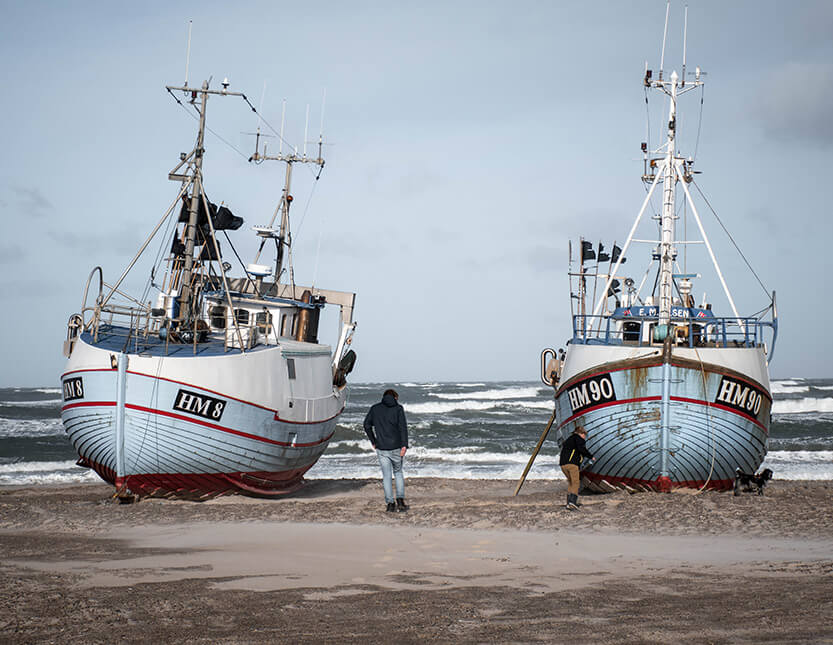 Fiskerbådene ligger flot i strandkanten. Thorupstrand.