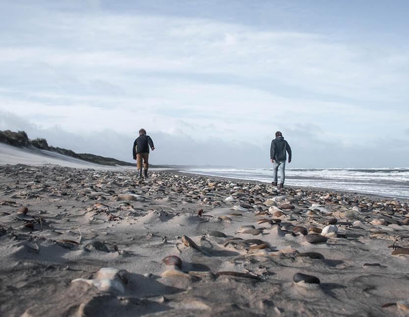 Peter og Sebastian går langs stranden