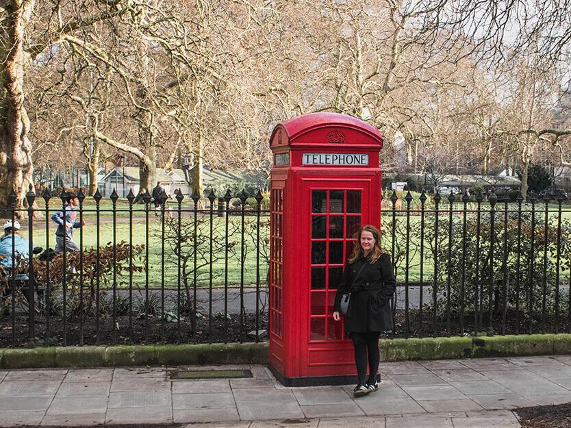 Lise ved en rød telefonboks. London.