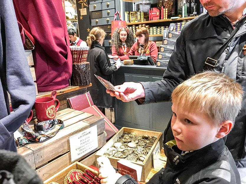 Sebastian tjekker Harry Potter Shoppen ud. Victoria Station. London.