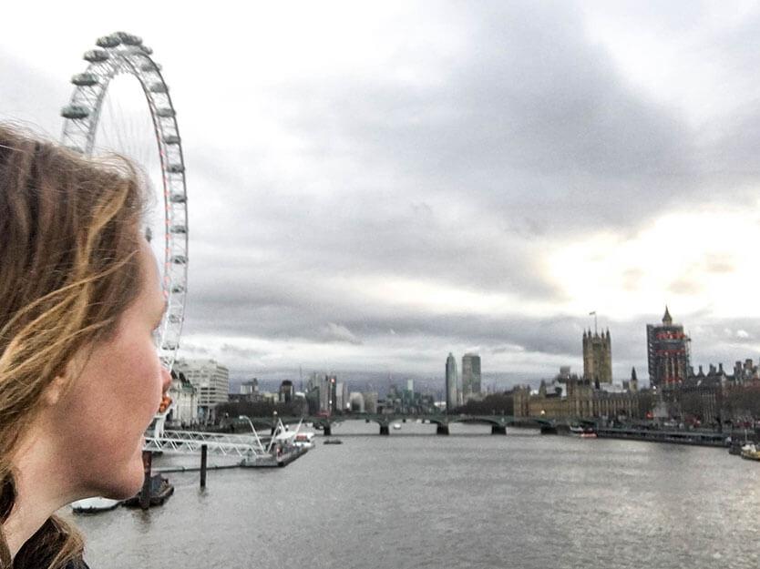 Lise på Golden Jubilee Bridge over Themsen. I baggrunden ses London Eye og