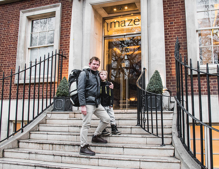 Peter og Sebastian foran Gordons restaurant 'Maze', Mayfair - London