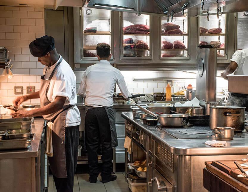 Der er fuld udkig til køkkenet, hvor de laver den lækre mad på Ramsays Kitchen, Maze, Mayfair. London