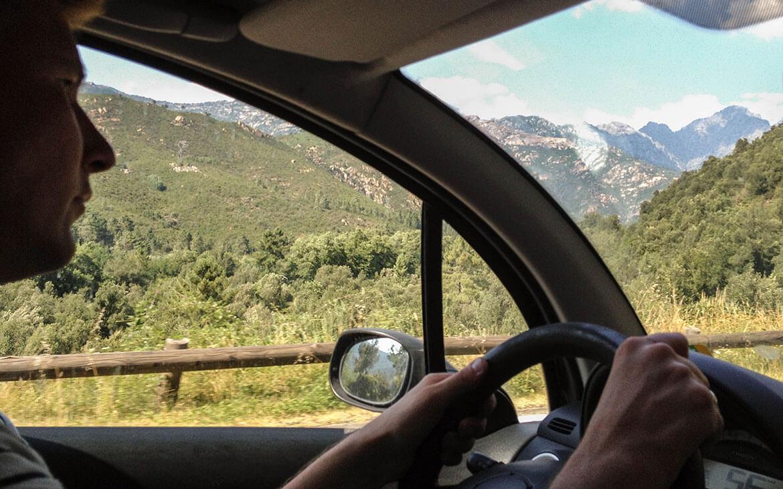 Peter kører. Her på vej gennem Korsikas bjerge.