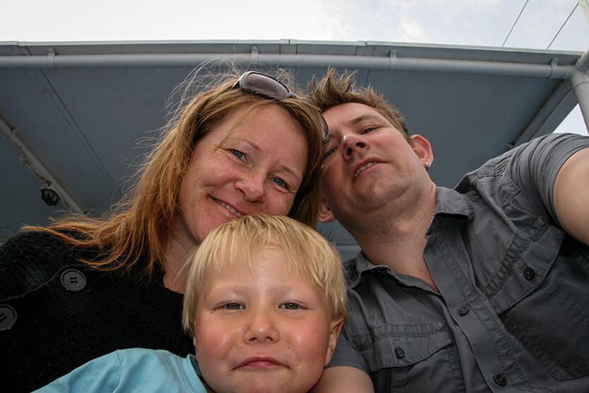 Så sejler vi - os alle tre på båden fra Hora Sfakion mod Loutro Bay. Sydkreta. Grækenland.