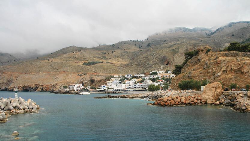 Vi sejler væk fra Hora Sfakion for at nå til Loutro Bay. Sydkreta. Grækenland.
