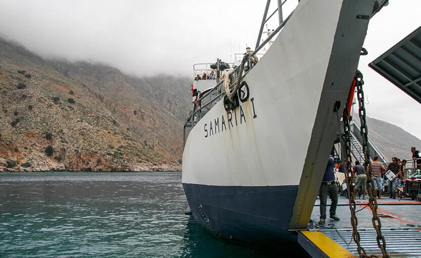 Færgen når til Loutro Bay. Der er tåget, da vi ankommer med færgen. Sydkreta. Grækenland.