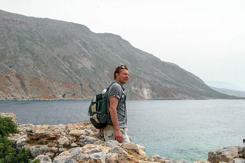 Peter nyder udsigten ud over havet. Ved Loutro Bay. Sydkreta. Grækenland.