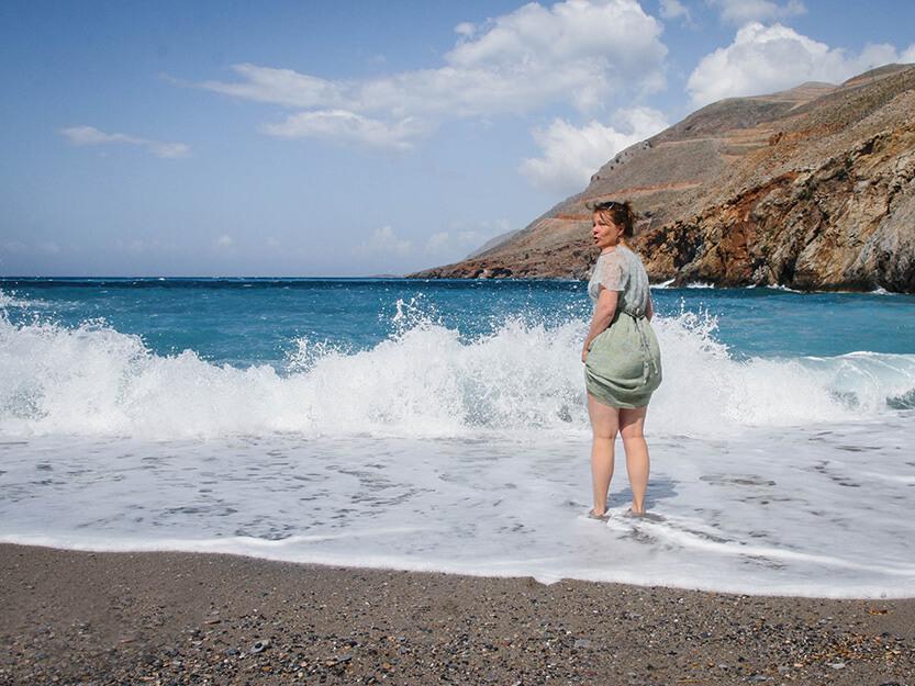 Lise dypper tæerne i de græske bølger. Sydkreta. Grækenland.