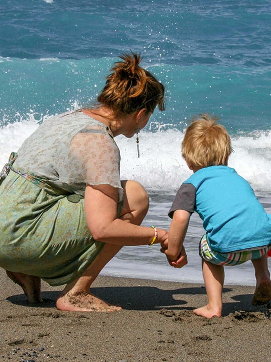 Sebastian og Lise leger med bølgerne. Hora Sfakion. Sydkreta. Grækenland.