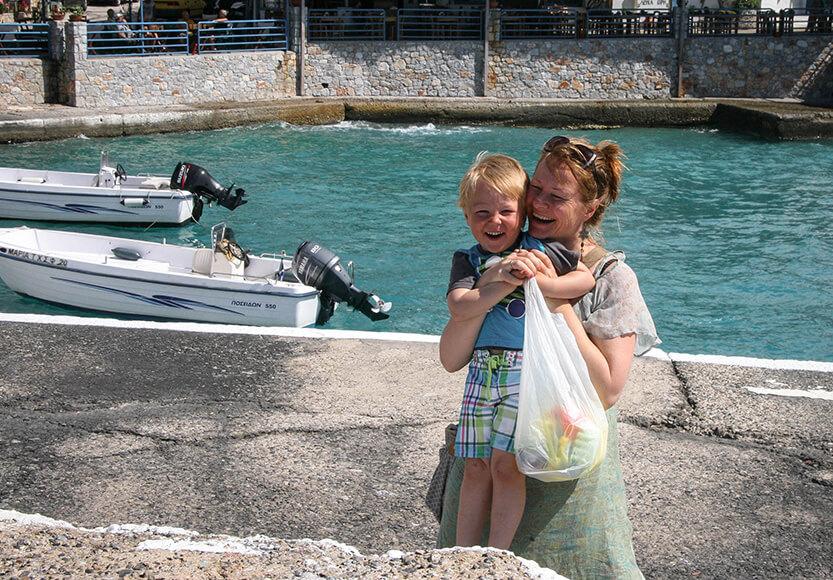 Det er fedt at rejse med sit barn. Hora Sfakion. Sydkreta. Grækenland.