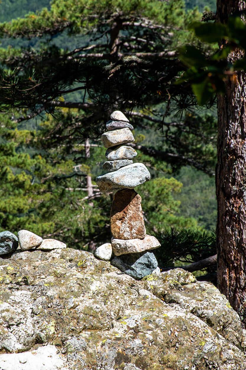 Fin sten skulptur ved vandfaldet