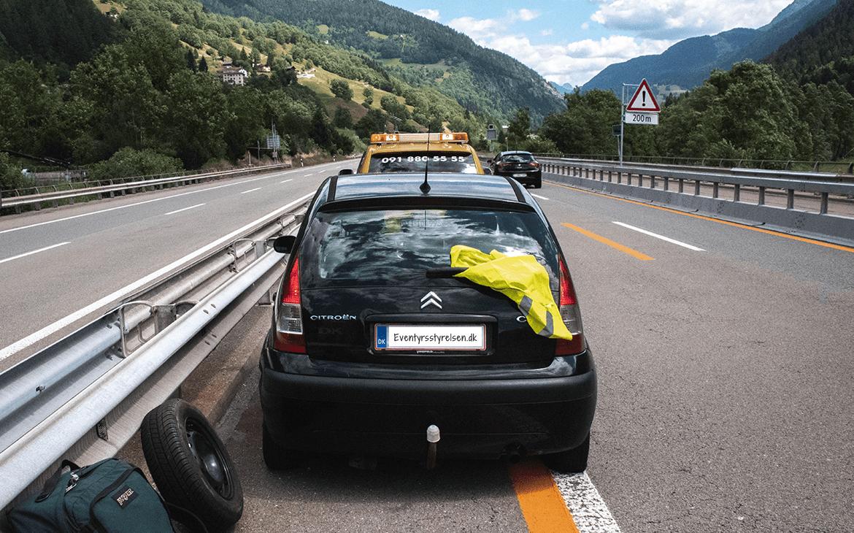 Bilen holder ind på nødsporet midt på den schweiziske motorvej