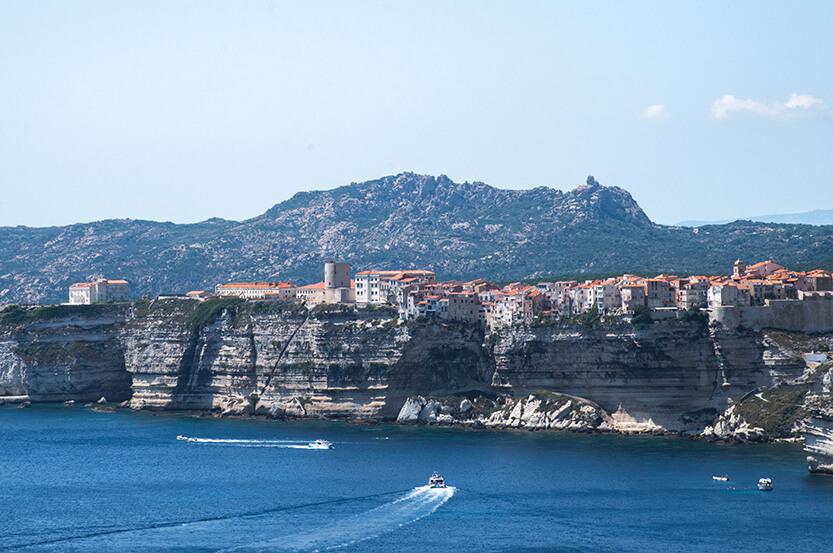 Bagsiden af tangen hvorpå Bonifacio ligger, set ude fra Point de vue citadelle de bonifacio