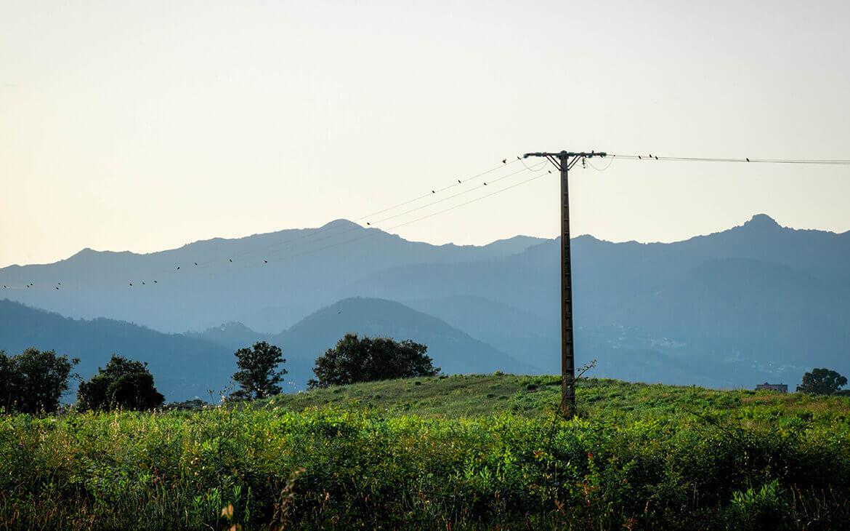 Telefonmasterne står flot op mod korsikas store bjerge