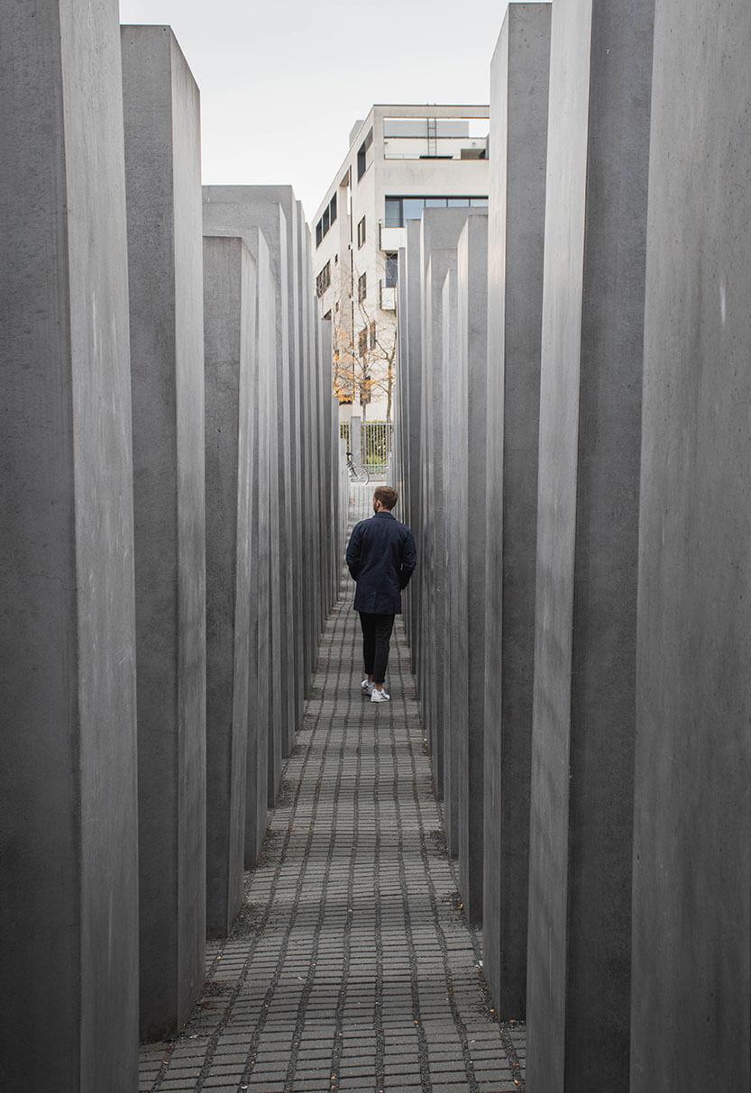 Mand går tænksomt runde mellem de store monumenter