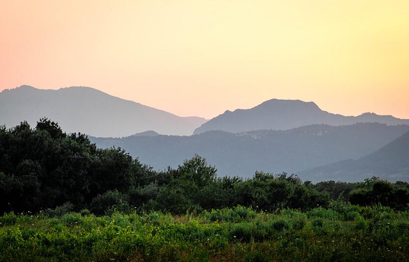 Solen er gået ned, nu når kun solens farver op over bjergene