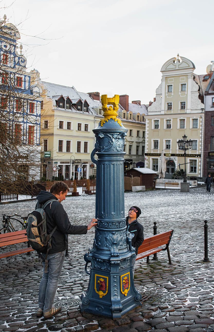 Peter og Sebastian ved den flotte vandpost på Stare Miasto, Szczecin